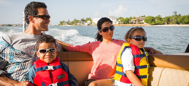 Family on Sea Ray SDX 270 OB